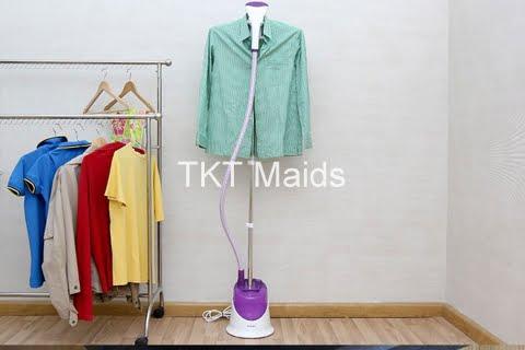 bàn là hơi nước nóng dạng đứng để vệ sinh áo dạ hội