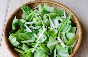 rửa sạch, cắt cải và phơi nắng trước khi muối dưa