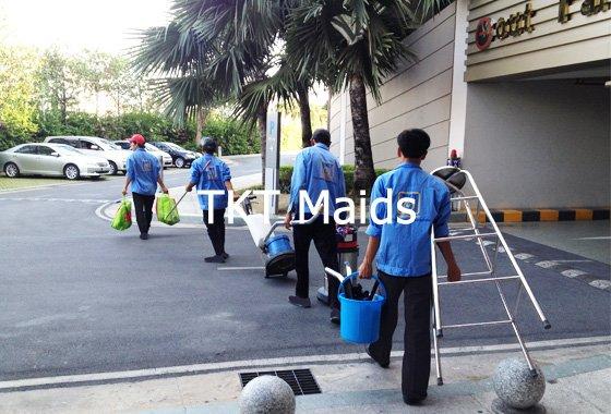 dịch vụ vệ sinh cửa chuẩn bị dụng cụ thiết bị - TKT Maids