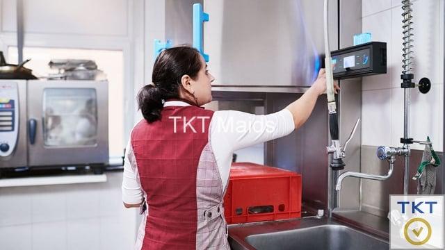 nhân viên dịch vụ rửa chén TKT Maids vận hành máy rửa chén