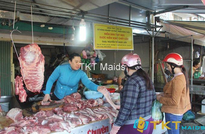 bán thịt nóng tại chợ