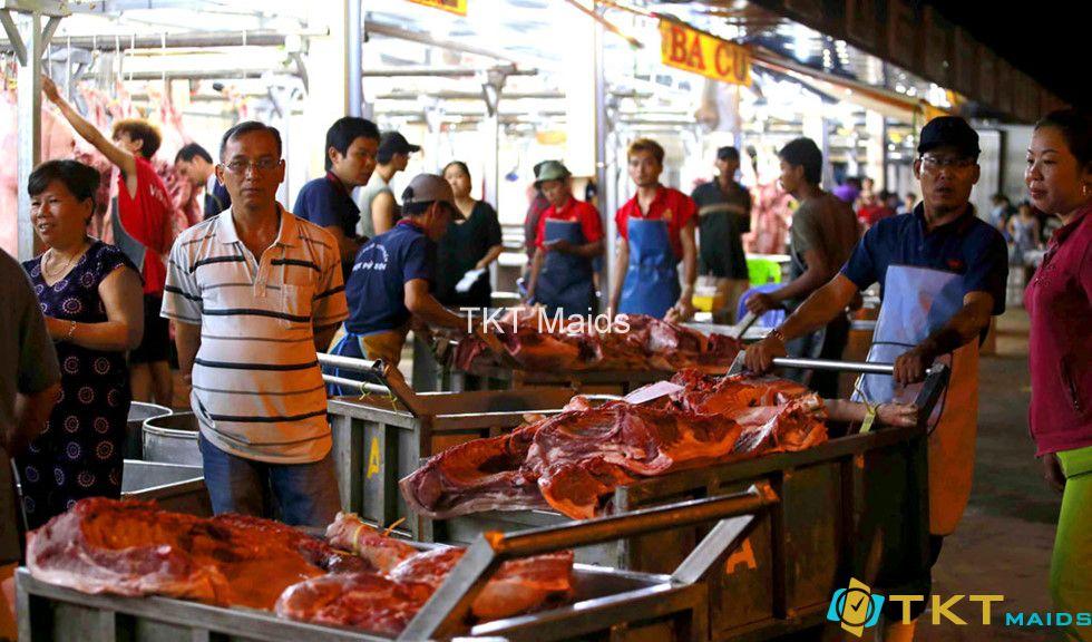 vận chuyển thịt tại lò giết mổ chợ đầu mối