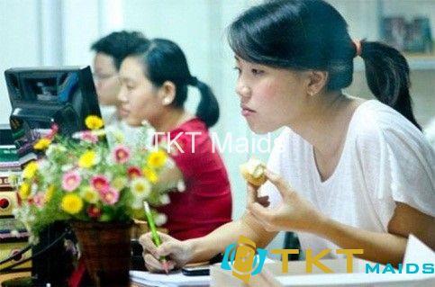 Ăn vặt trong khi làm việc