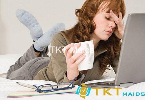 Dân văn phòng làm việc nhiều trước máy tính gây nhức mắt
