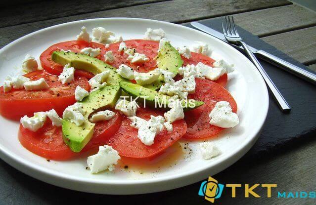 Salad cà chua, quả bơ và phô mai dê