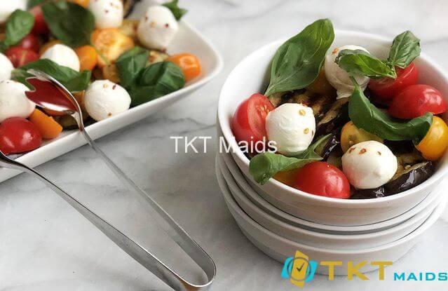 Salad thịt bò xào, rau chân vịt, cà chua và phô mai trắng