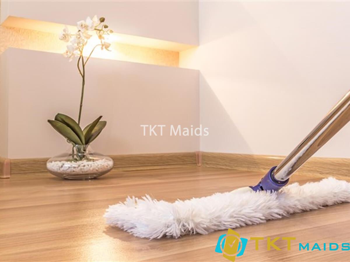 Title: Sử dụng cây lau bông mềm để vệ sinh sàn gỗ