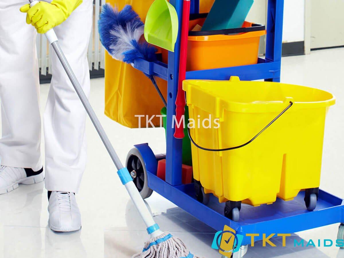Title: Sử dụng các dụng cụ và hóa chất chuyên dụng