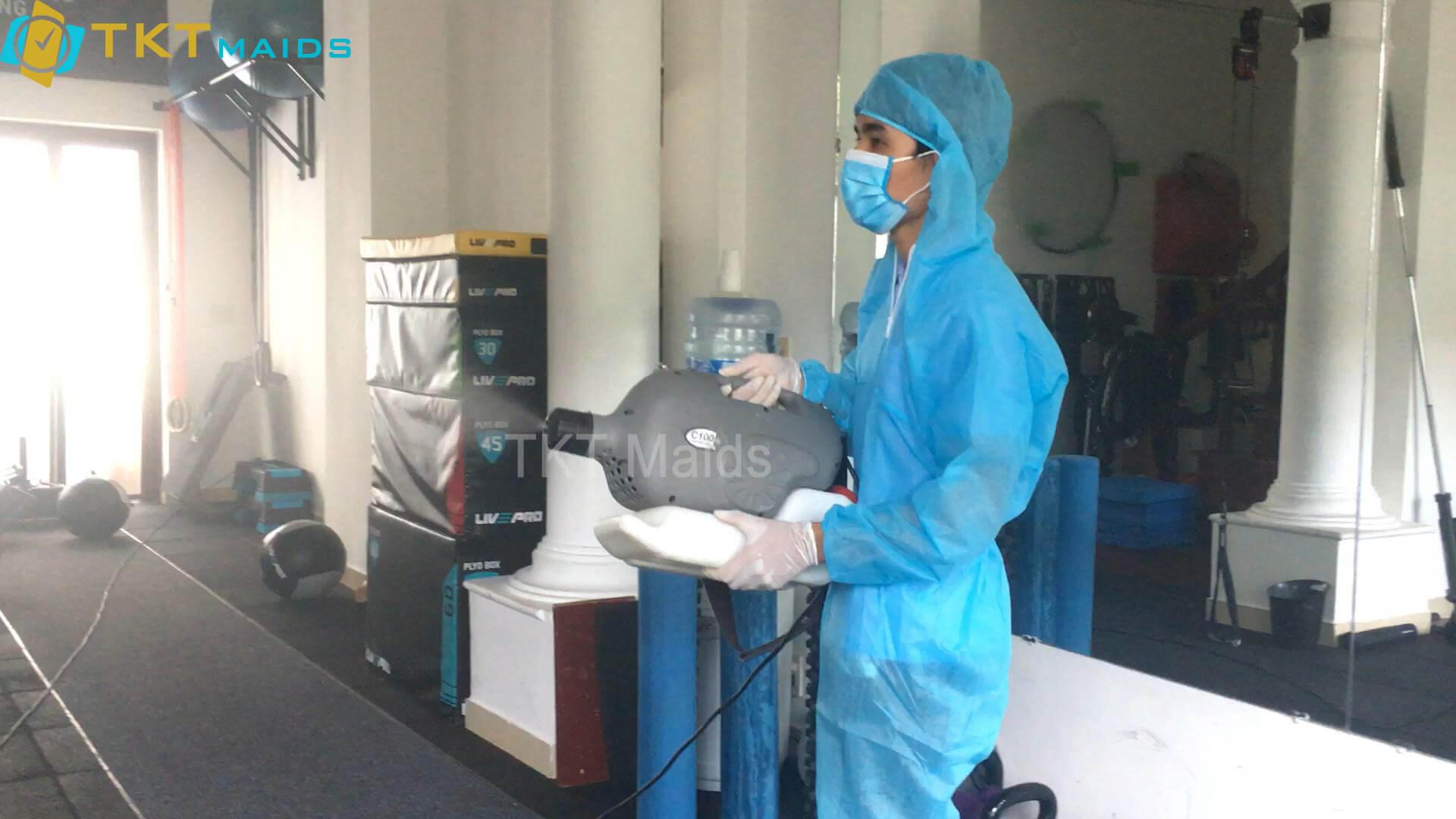 Title: Hình ảnh: Nhân viên TKT Maids tiến hành xịt khử trùng văn phòng cho khách hàng