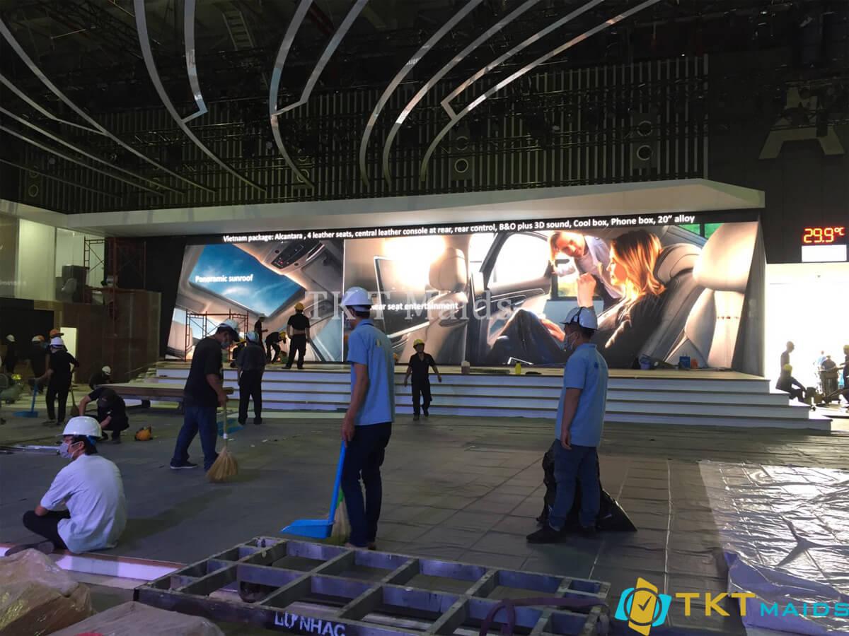 Nhân viên TKT Maids tiến hành vệ sinh sự kiện
