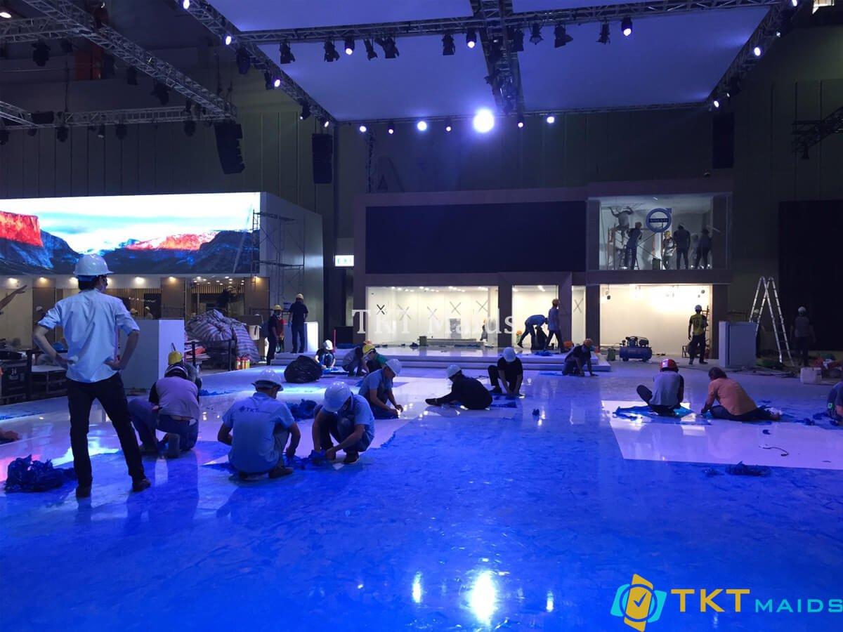 Vệ sinh sàn nhà và kính tại khu vực sự kiện