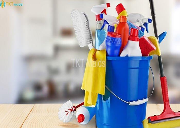 Title: Hình ảnh: Dụng cụ, hóa chất để làm sạch nhà vệ sinh