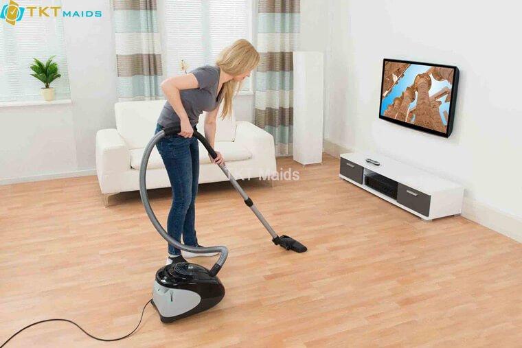 Hút bụi sàn nhà bằng dụng cụ chuyên dụng
