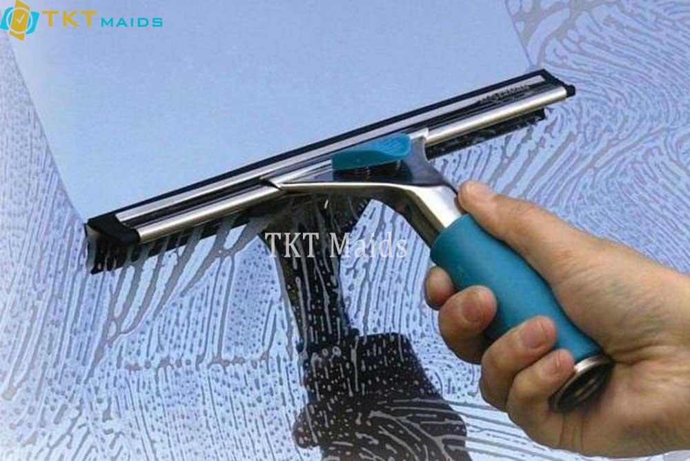 Hình ảnh minh họa: cách lau chùi cửa kính