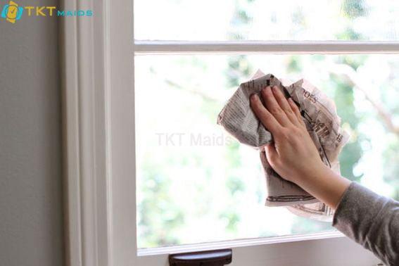 Vệ sinh cửa sổ kính bằng giấy báo