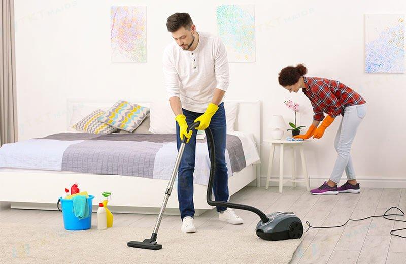Title: Hình ảnh: Hút bụi và vệ sinh thảm trải sàn trong phòng ngủ