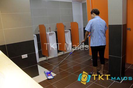 Hình ảnh: Dọn dẹp nhà vệ sinh thường xuyên