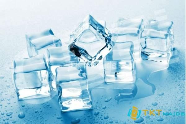 Hình ảnh: Dùng đá viên để tẩy kẹo cao su