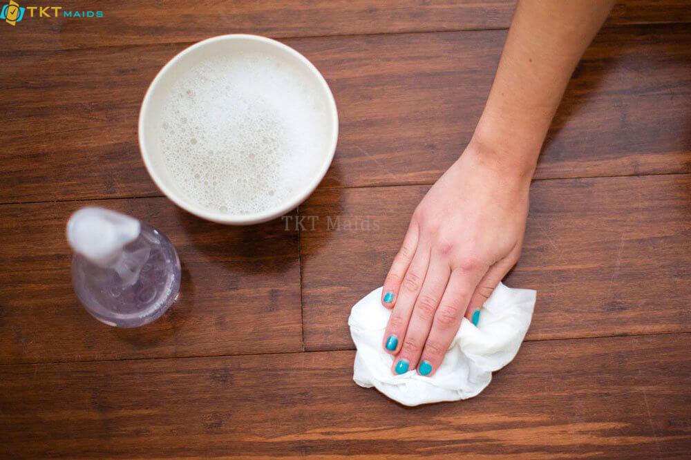 Hình ảnh minh họa: tẩy vết bẩn trên sàn