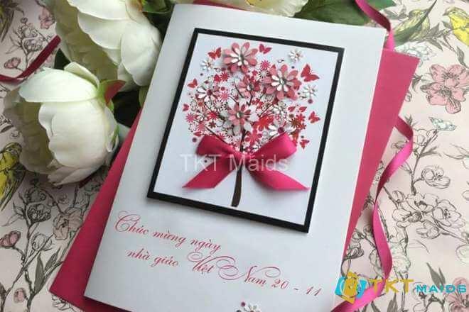 Hình ảnh: Thiệp chúc mừng gắn với các lẵng hoa
