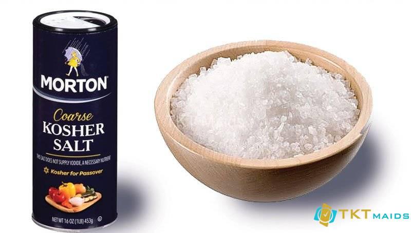 Hình ảnh: Dùng muối Kosher để làm sạch nồi bị cháy