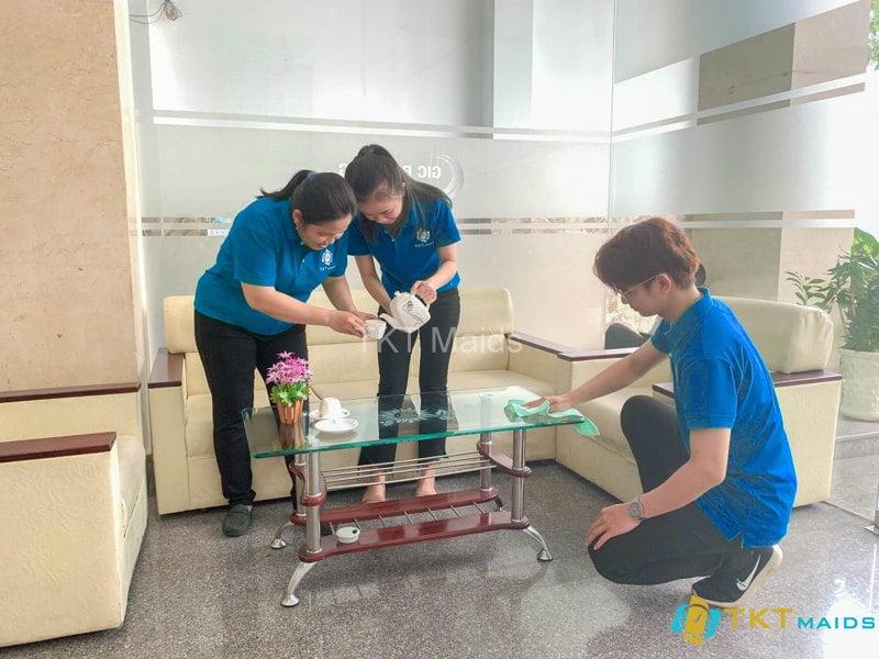 Hình ảnh: Nhân viên pha trà và lau dọn bàn ghế tại sảnh lễ tân